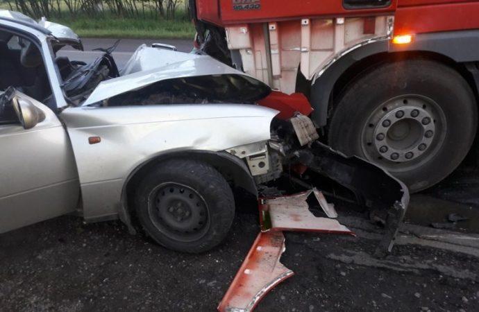 Иномарка врезалась в грузовик: водитель погиб, пассажир в реанимации (ФОТО)
