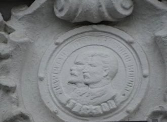 """Сталин и Ленин по-прежнему """"украшают"""" одесский вокзал (ФОТО)"""