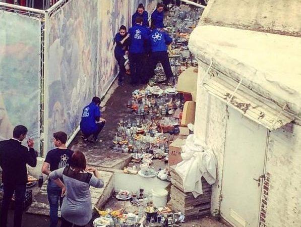 Скандал в Аркадии: известный ночной клуб выставил тарелки на земле рядом мусором (ФОТО)