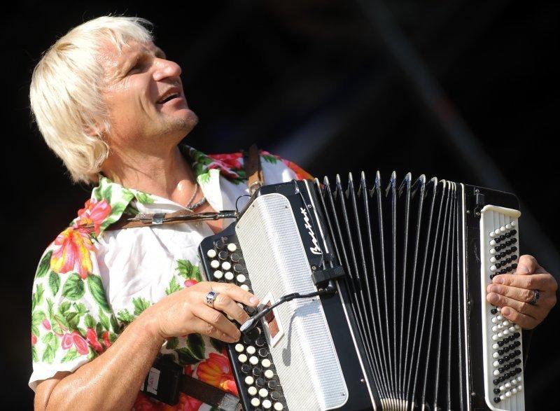 Олег Скрипка носит вышиванки и учит детей боевому гопаку