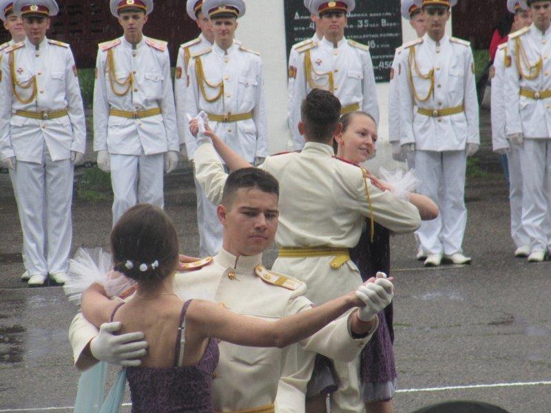 Выпуск военного лицея отметили танцами под дождем (ФОТО)