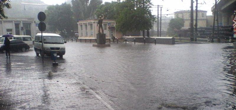 На Приморской откачивают воду, а трамваи и троллейбусы возобновляют движение