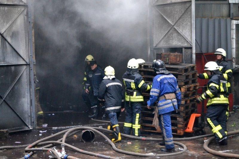 В Газовом переулке загорелся цех по утилизации отходов (ФОТО)