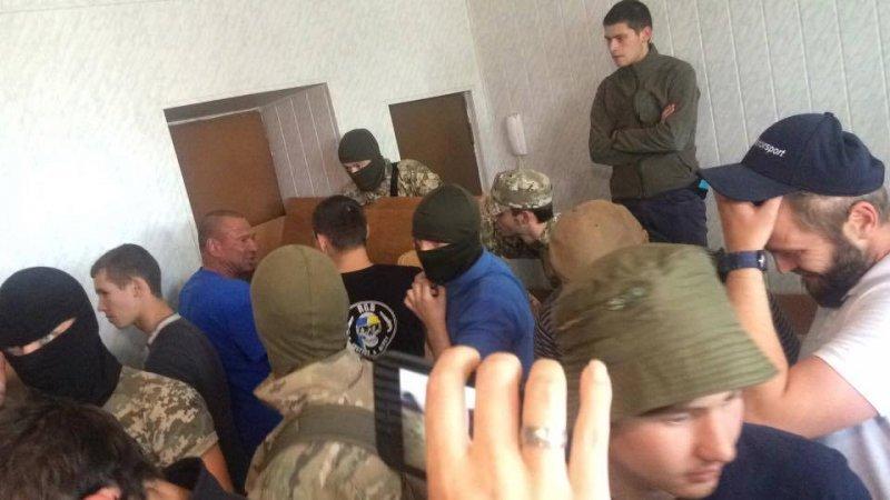 """Дело 2 мая: обвиняемого отпустили, а """"Правый сектор"""" устроил драку в суде (ФОТО)"""