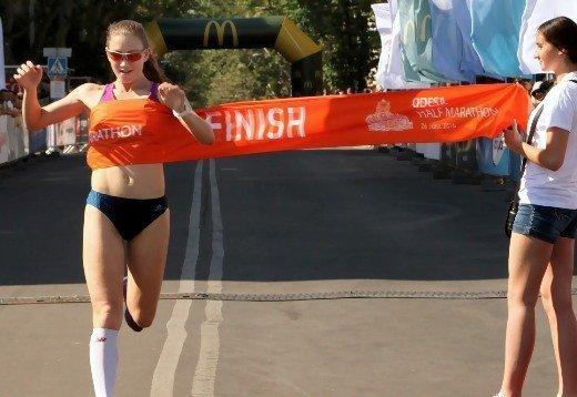 Добегалась: на финише участнице Odesa Half Marathon сделали романтичное предложение руки и сердца (ФОТО)