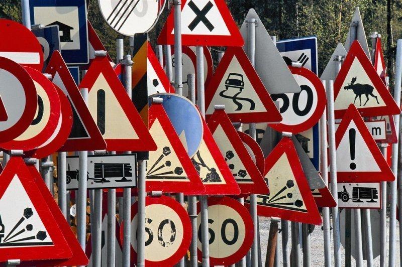 Что в Одессе делают с дорожными знаками ночью (ФОТО)