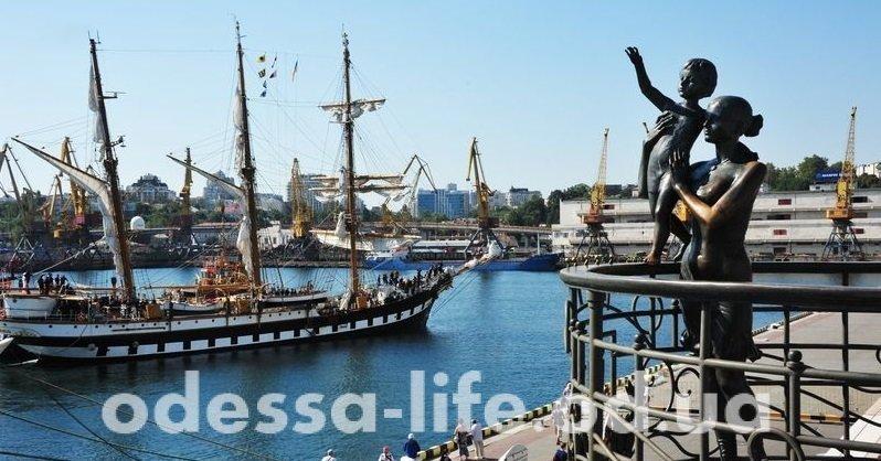 Удивительной красоты парусник встречали одесситы в порту (ФОТО)