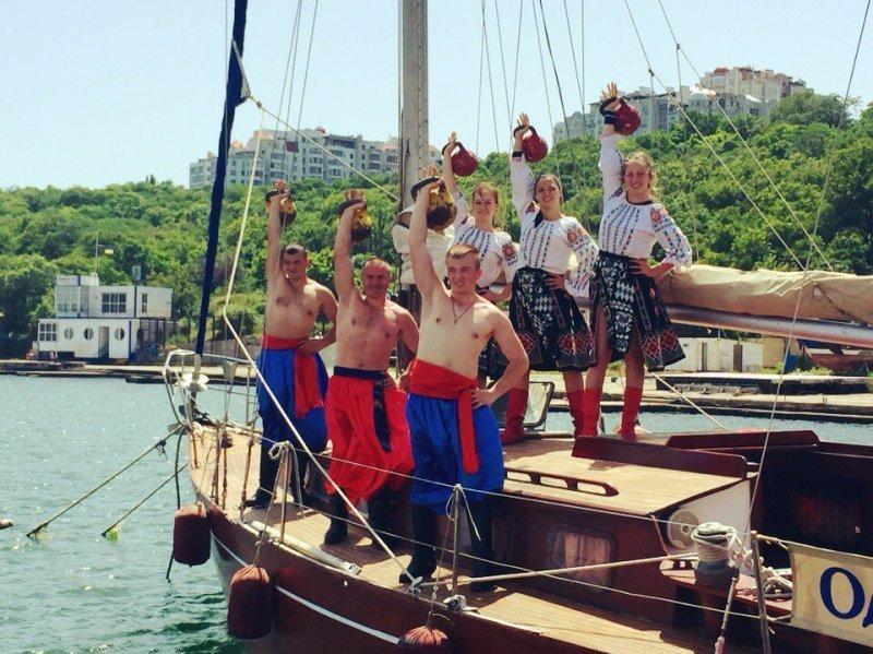 Изящные одесситки жонглируют 8-килограммовыми гирями (ФОТО)