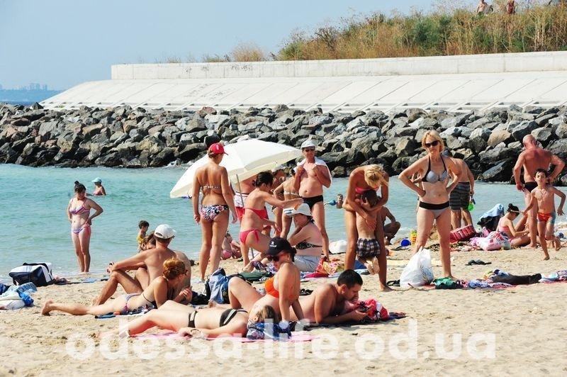Одесситы наслаждаются последними днями лета на пляже (ФОТО)