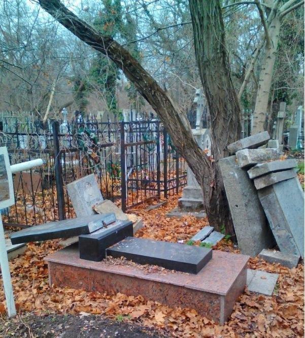 На одесском кладбище орудуют вандалы