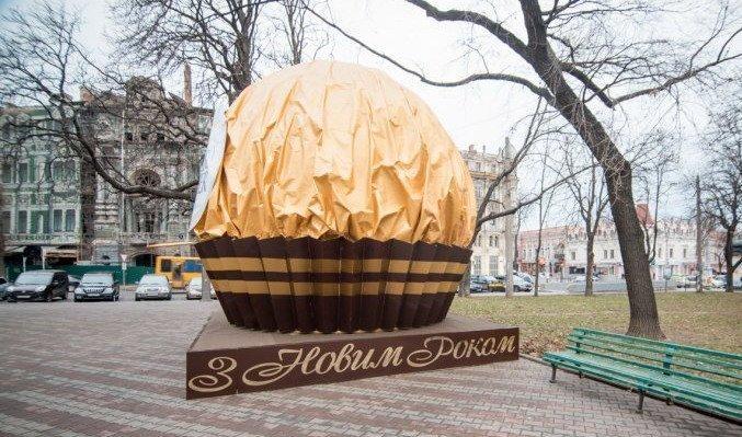На Соборке появилась большая конфета (ФОТО)