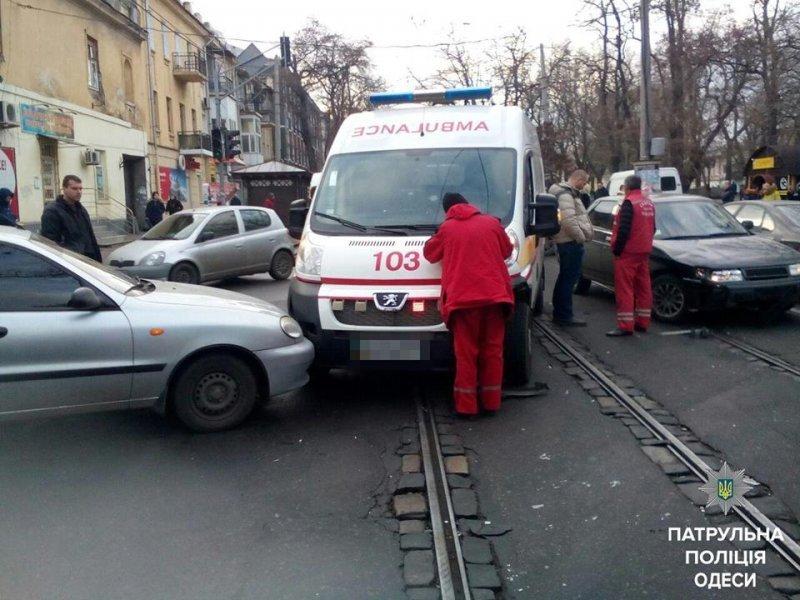 Скорая помощь столкнулась сразу с двумя авто