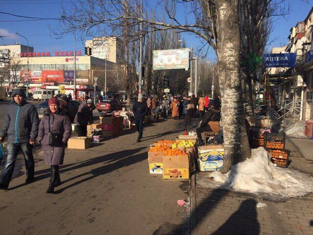 Нелегальных продавцов возле Дома Мебели заменят лавочками и кустами (ФОТО)