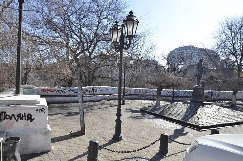 Вандалы испортили памятник Дерибасу (ФОТО)