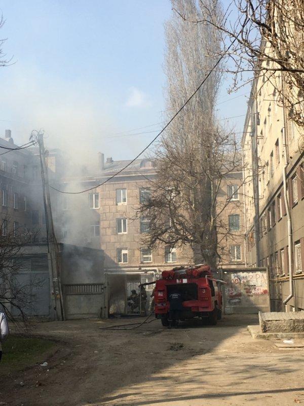 В центре Одессы пожарные тушат пожар на территории общежития
