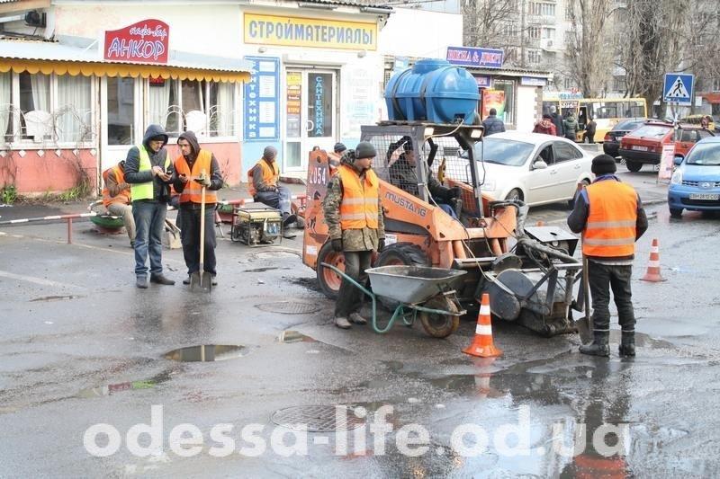 «Кладем на совесть»: в Одессе укладывают асфальт в лужи (ФОТОФАКТ)