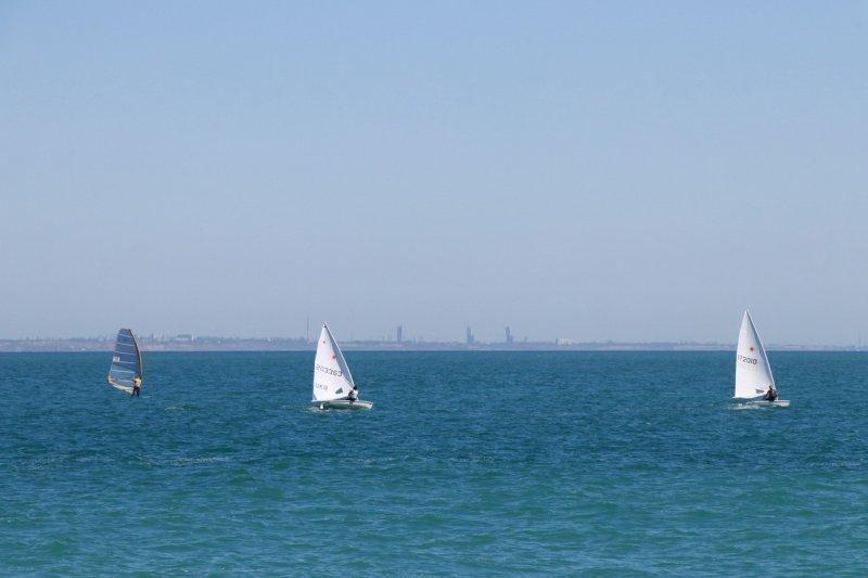 В Черноморске под парусами вышли в море десятки яхтсменов (ФОТО)