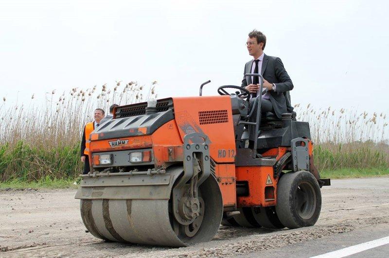Министр Инфраструктуры оседлал асфальтоукладчик на трассе в Одесской области (ФОТО)