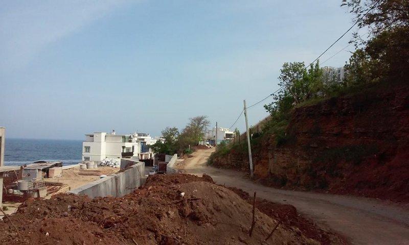 Склон в Аркадии начал обваливаться вместе с деревьями (ФОТО)