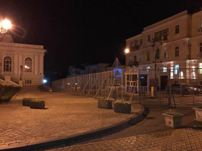 Порошенко едет в Одессу: Ланжероновскую обнесли металлическим забором (ФОТО)