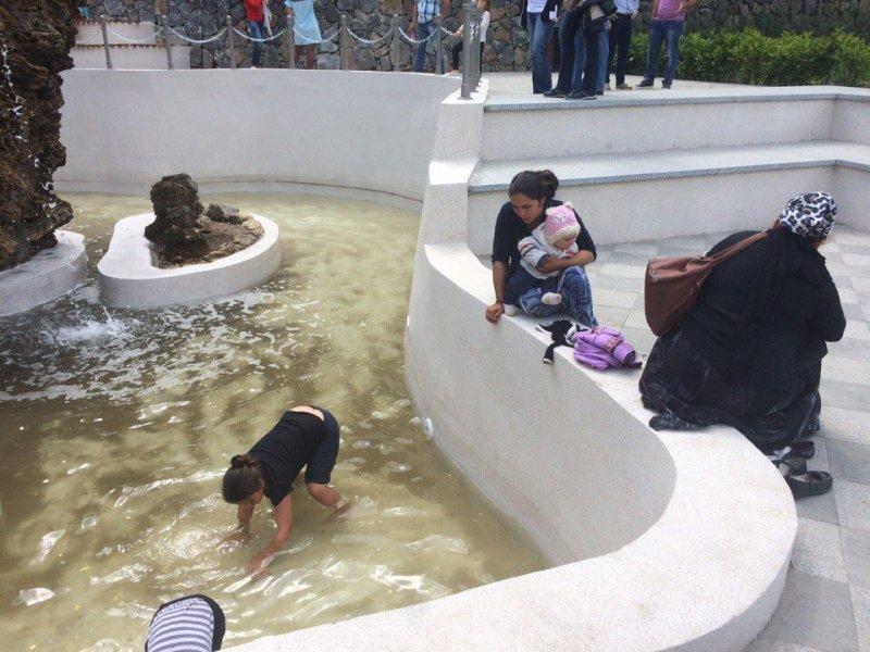 Цыганских детей заставляют вылавливать монетки в фонтане Стамбульского парка (ФОТО)