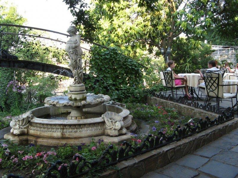 Вандалы повредили известную скульптуру в центре Одессы