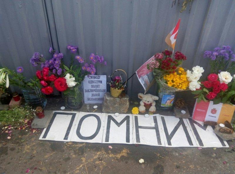 Свежие цветы на Куликовом поле: одесситы не забывают трагедию 2 мая (ФОТО)