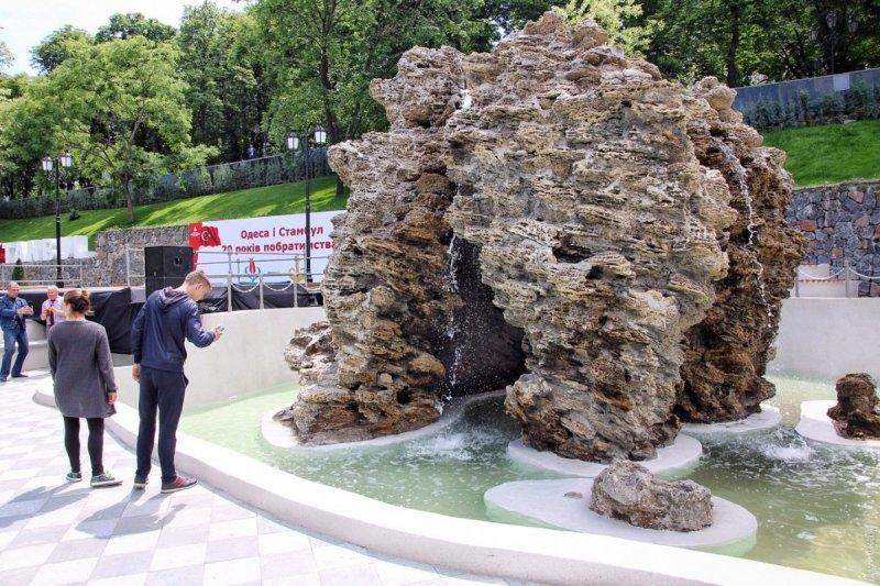 Фонтан в Стамбульском парке вывели из строя, забросав его мелочью