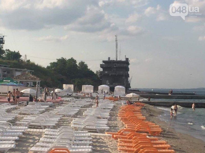 Пляж «Дельфин» усеяли безмерным количеством топчанов (ФОТО)