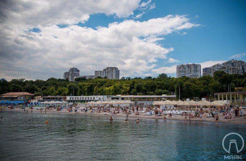 Панорамы одесских пляжей: туалеты по 7 гривен и груды шезлонгов (ФОТО)