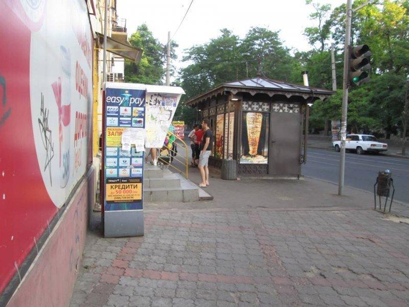 МАФ на Старопортофранковской отобрал у людей тротуар (ФОТО)