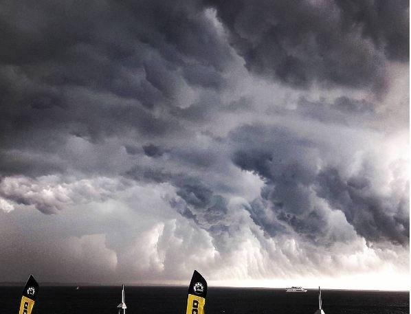 Потрясающие пейзажи вчерашнего урагана глазами одесситов (ФОТО, ВИДЕО)