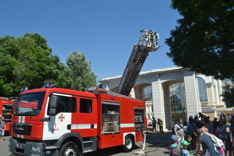 Нацгвардейцы показали одесситам своих железных коней, а пожарные запустили фонтан (ФОТО)