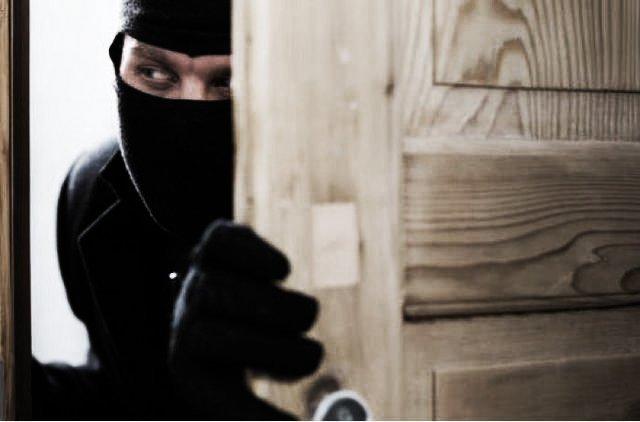 Неадекватный домушник расколошматил квартиру в Киевском районе