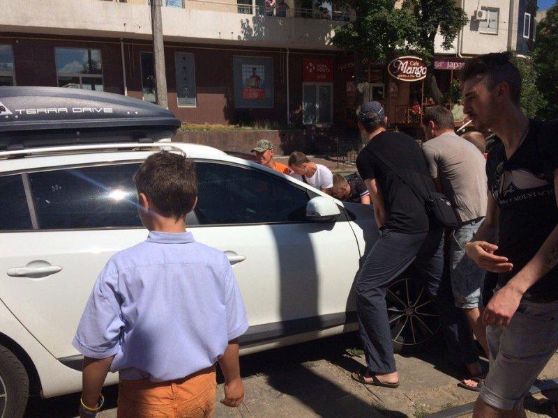 Пассажиры трамвая наказали автохама в центре Одессы (ФОТО)