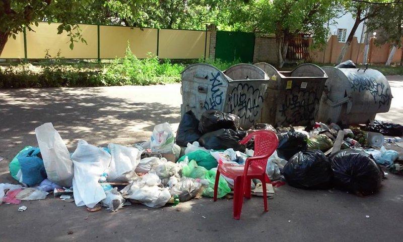 Горы мусора в Одессе: отходы валяются прямо на дороге (ФОТО)