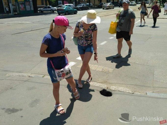 Очередная асфальтная дыра в центре Одессы (ФОТО)