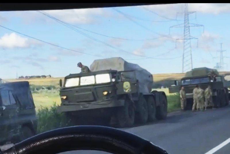 Пробка на Окружной: военная колонна остановила движение (ФОТО, ВИДЕО)