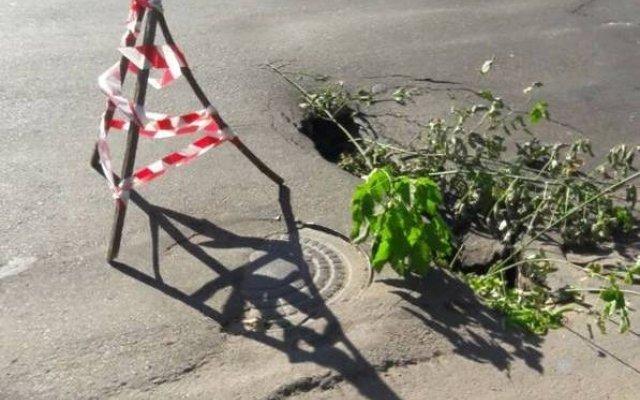 Свежая дыра в центре Одессы (ВИДЕО)