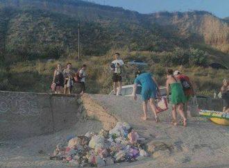Отдыхающие считают своим долгом «украсить» мусором одесские пляжи