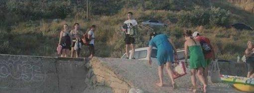 """Отдыхающие считают своим долгом """"украсить"""" мусором одесские пляжи"""