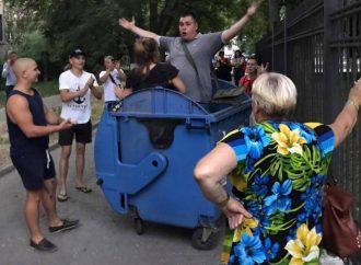 Активист в Одессе дал интервью из мусорного бака (ФОТО, ВИДЕО)
