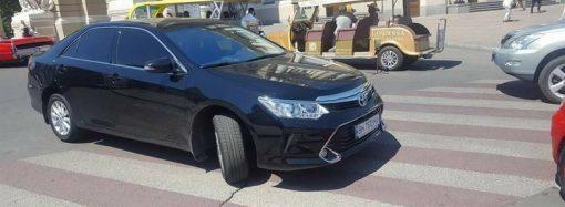 Одесский водитель припарковал машину на пешеходном переходе перед Оперным (ФОТО)