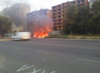 Мощный пожар на Бочарова: подожгли злосчастную стройку (ФОТО, ВИДЕО)