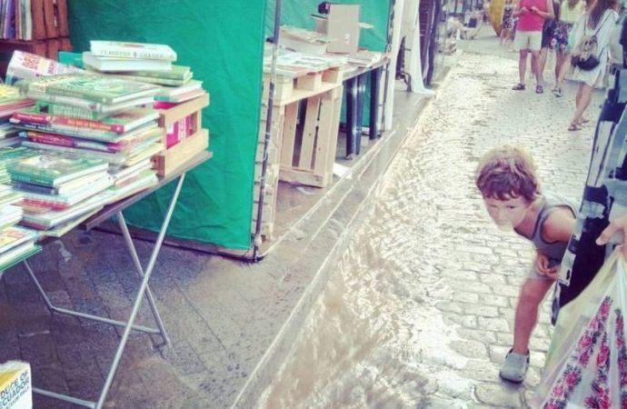 Книжную ярмарку на Дерибасовской затопило водой из противопожарных люков (ФОТО)