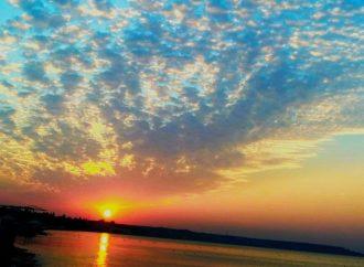 Потрясающий рассвет и золотое море в Одессе (ФОТО)