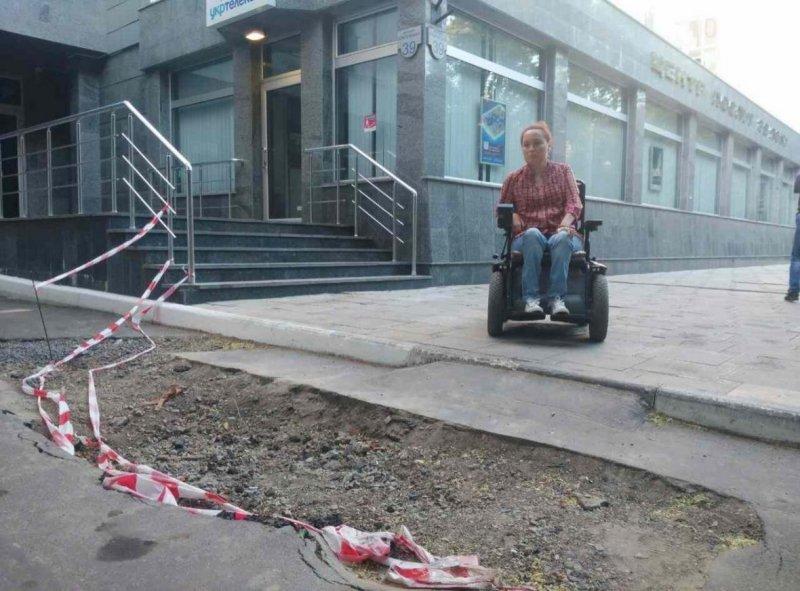 Инвалидам преградили проезд в центре Одессы (ФОТО)