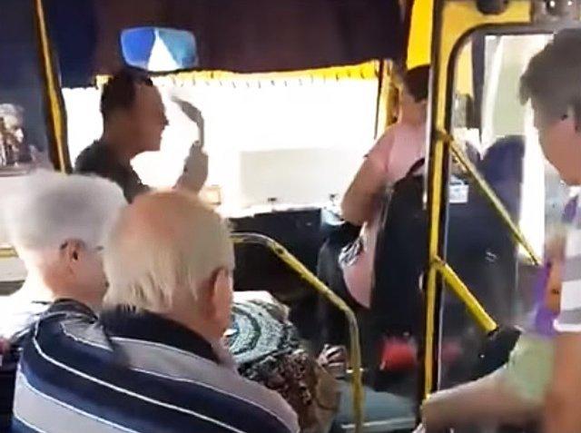 Неадекватный водитель маршрутки едва не бросился на пассажиров (ВИДЕО) (18+)