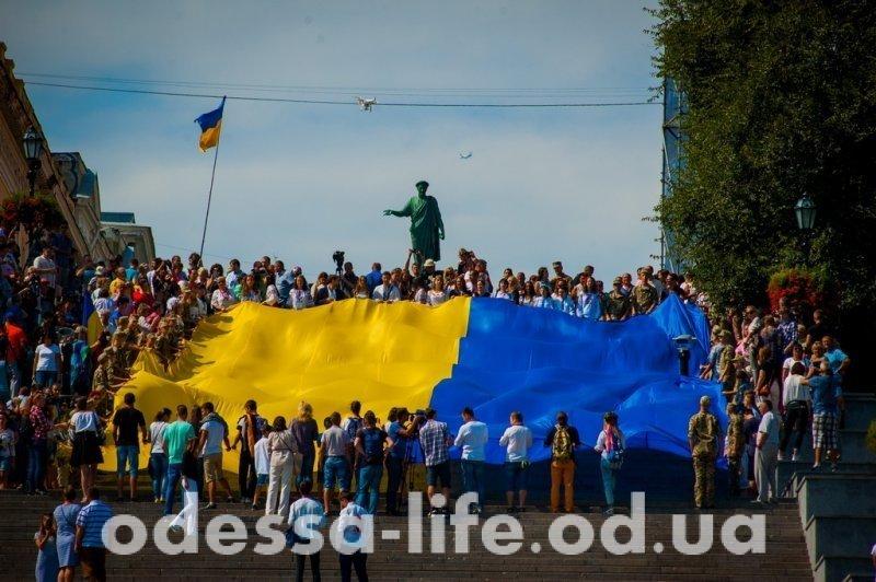 На Потемкинской лестнице в Одессе подняли рекордный флаг Украины (ФОТО)