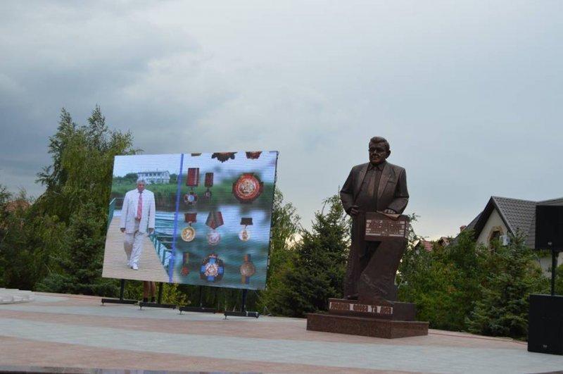 Бронзовый памятник учредителю 7 км (ФОТО)